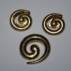 Beautiful vintage gold brooch and earrings set